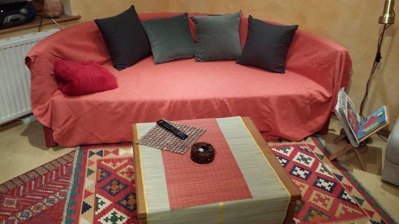 canapé-lit rond extensible supplémentaire pour deux personnes dans la cuisine.