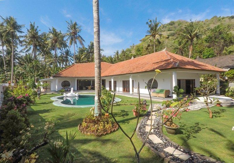 Villa Rizki Candidasa -  3-bedroom, pool, tropical garden, close to beach, location de vacances à Tenganan