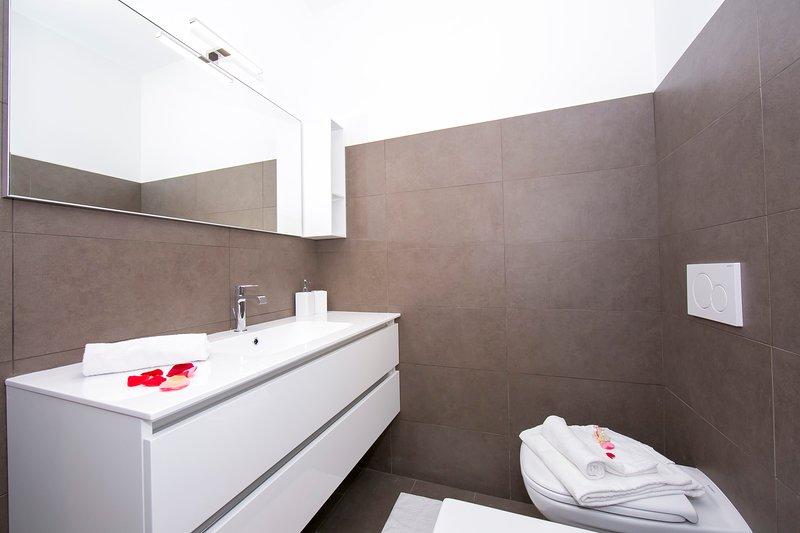 Bathroom 4  with shower box