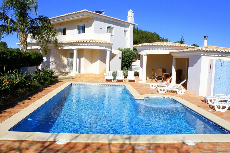 Casa Monte Lemos, Luz.Detached Villa, 5 bedrooms, A/C, and Solar heated pool., holiday rental in Espiche
