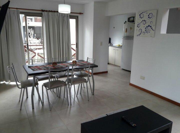 Living comedor con amplio balcón terraza y parrilla individual. Cocina equipada y toilete.