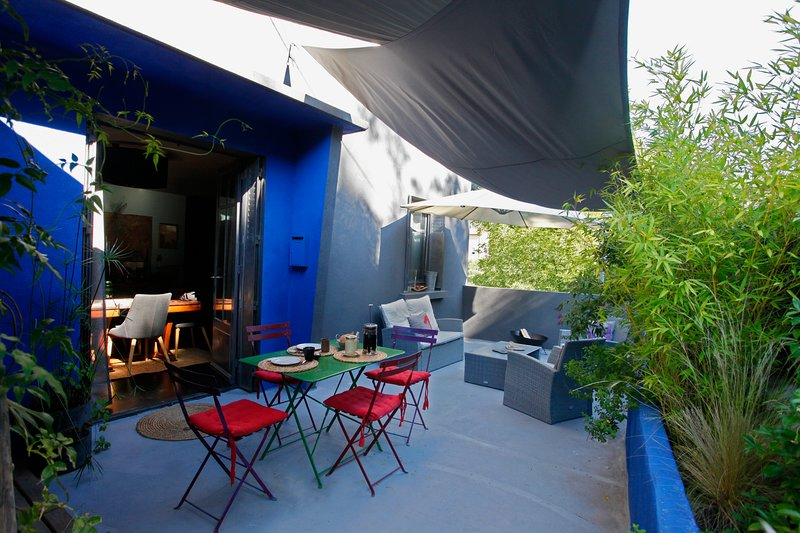 Terrace of 13 Ter with shade sail, table and outdoor seating