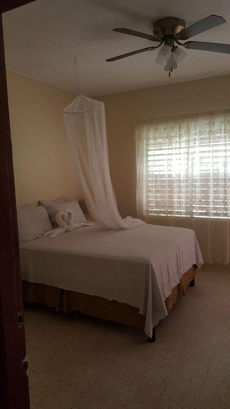Deux chambres communicantes avec une salle de bains et un balcon privé; Chambre 1 - lit queen