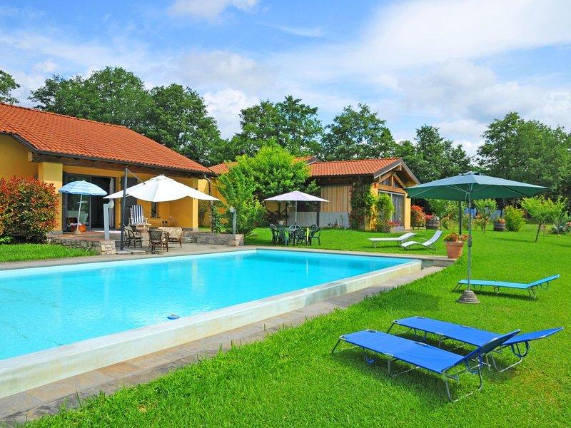 Villa Alba with exclusive pool near Cinque Terre, vacation rental in Barbarasco