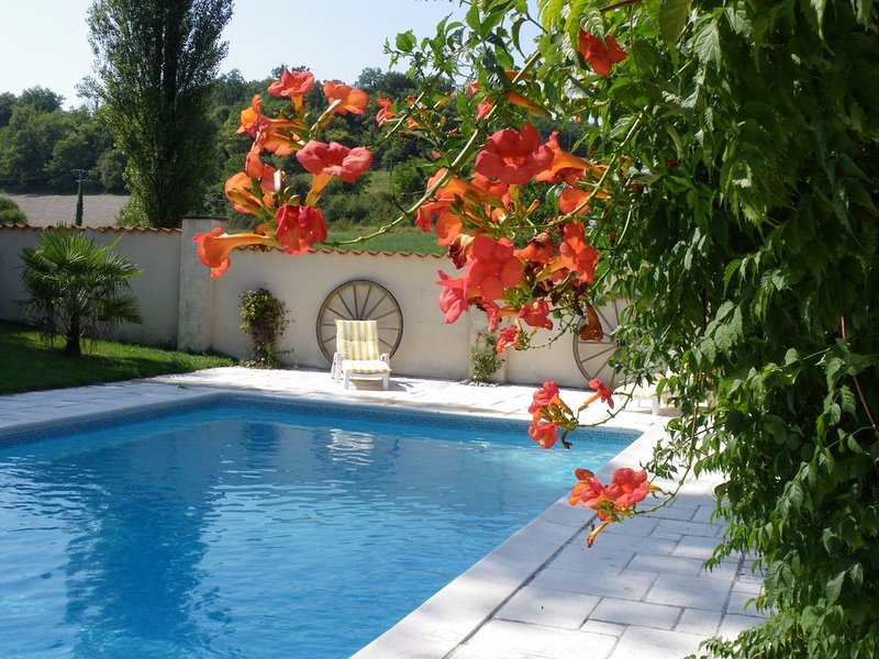Holiday gîte with shared pool near Ribérac, location de vacances à Saint-Martin-de-Ribérac