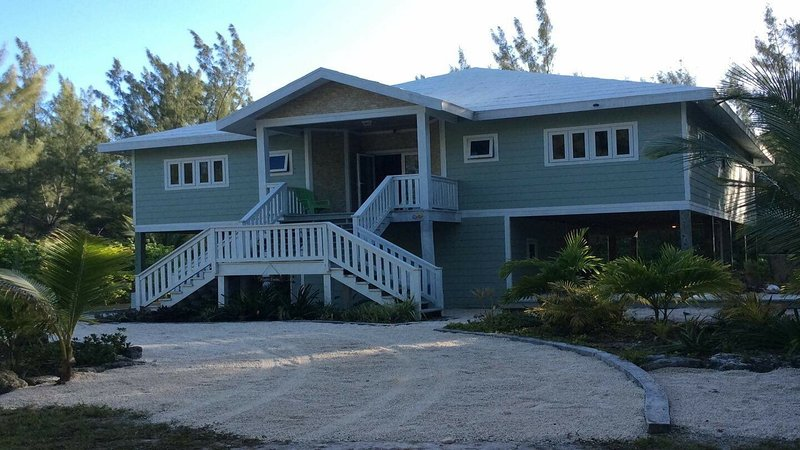 HappyDaze House - Steps to beach - Kayak and Paddle boards included, holiday rental in Marsh Harbour