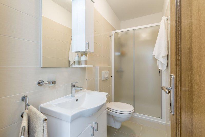 A9 (3): Badezimmer mit Toilette