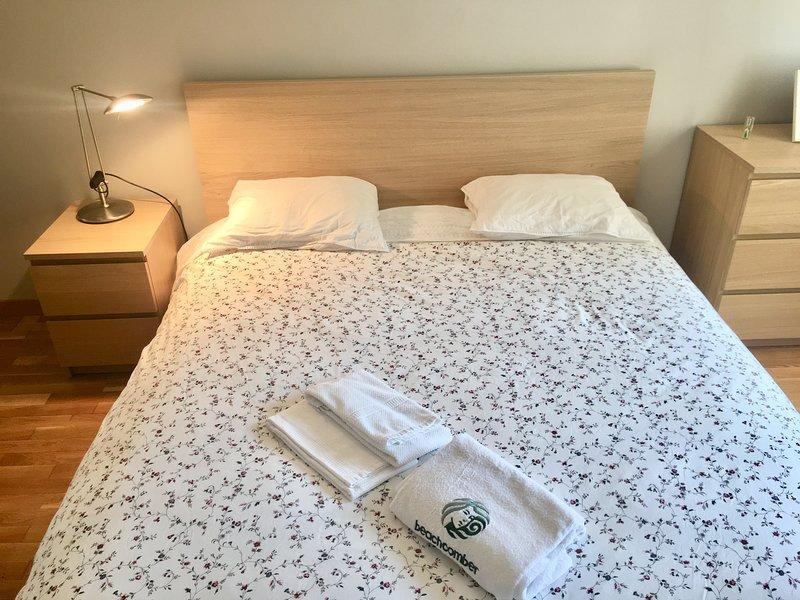 El dormitorio con cama duble