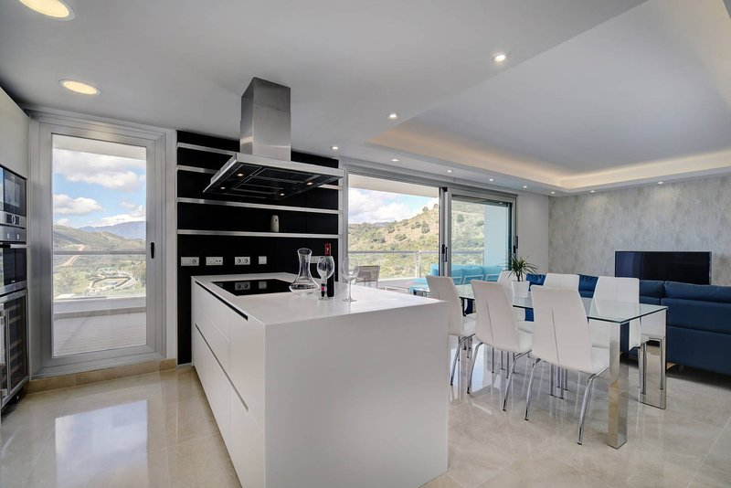 Avalon Benahavis Flat-Golf, Sea and Mountain View, holiday rental in Benahavis