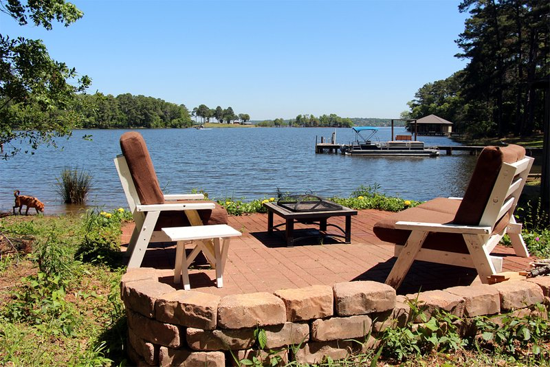 Frankston Home w/Deck & Fishing on Lake Palestine!, location de vacances à Flint