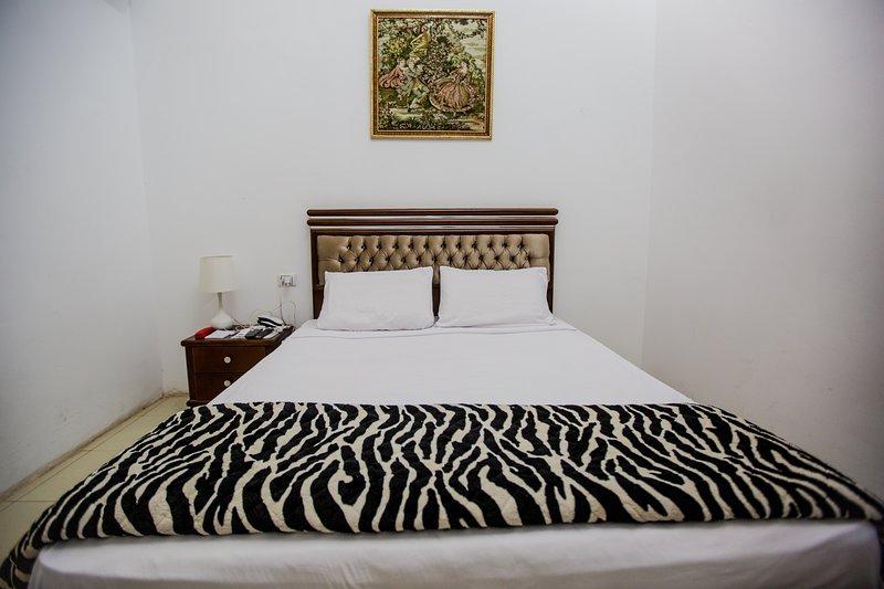 Valencia Hotel Double King Size Bed 2, holiday rental in Shubra Al Khaymah