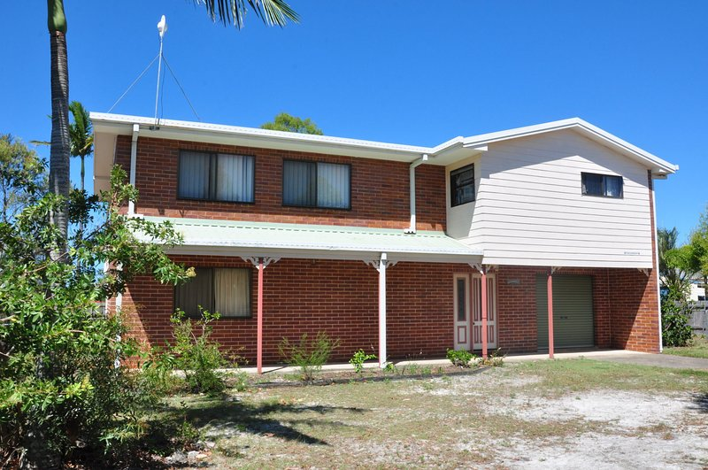 31 Bombala Crescent - Two storey home with covered outdoor deck, fully fenced ba, casa vacanza a Tin Can Bay