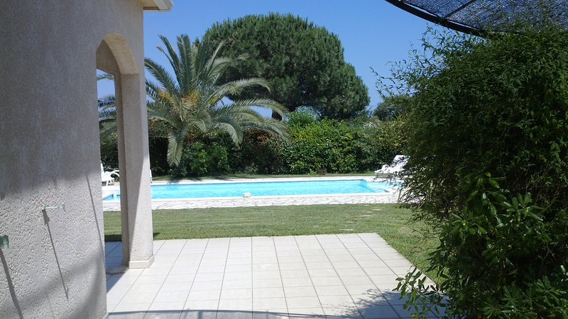 villa 200mètres de la plage avec piscine privée 2000m2 de jardin clos, alquiler de vacaciones en Solaro