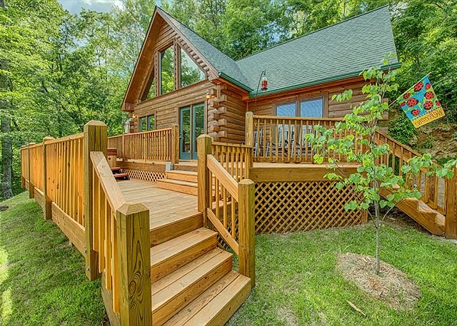Charming 2 BR Log Home - Super Views, Paved Access, Hot Tub, Private & WIFI, vakantiewoning in Maggie Valley