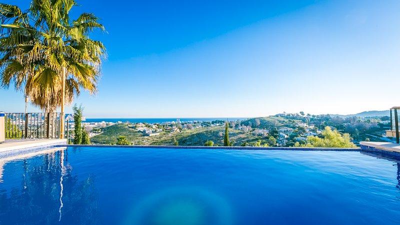 piscina y jacuzzi con vistas al mar