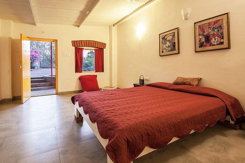 Schlafzimmer mit Kingsize-Bett.