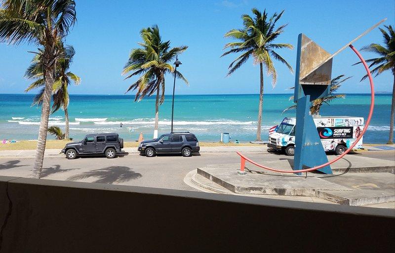 Vue depuis votre balcon. Surfer sur la plage juste à votre porte d'entrée. 7 plages différentes pour aller à pied.