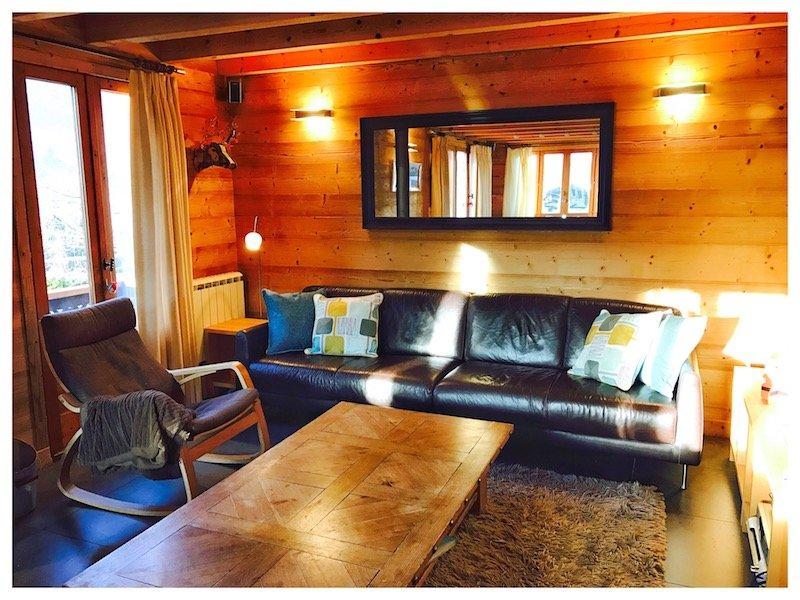 Ensolarado e espaçosos, sala de estar com grande TV, DVD, som surround, gravador de madeira e portas de varanda