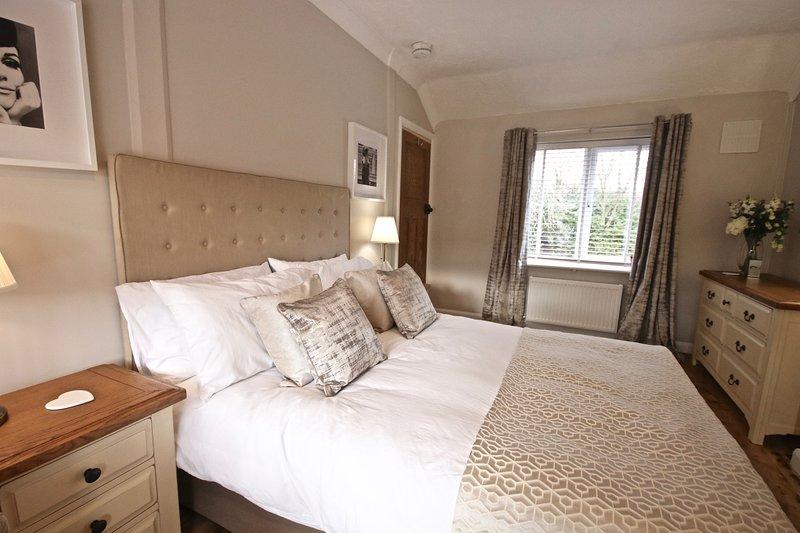 Esperamos que les guste el dormitorio principal - una cama grande y cómoda con todo el espacio en el armario para un gran caso