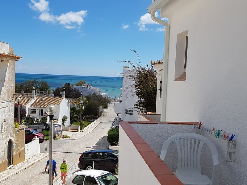 'Beach Townhouse' 2 minutes walk to everywhere including the beach !, holiday rental in Bensafrim