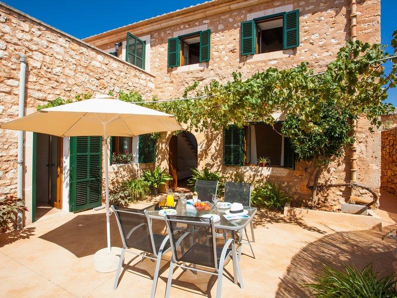 Villa Paula. Renovated and Traditional Majorca House, vacation rental in Es Llombards