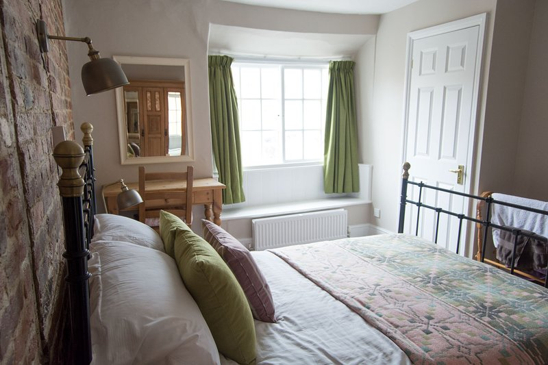 The Crown Inn price per room with breacfast, location de vacances à Froxfield