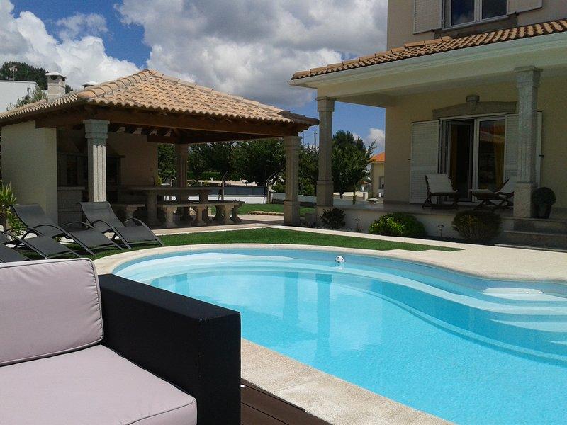 Villa avec piscine chauffée et jardin privé, vacation rental in Meda