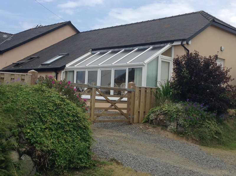 Cwmwdig Cwtch, 3 bedroom bungalow, 10 minutes walk from abereiddy bay., location de vacances à Ferrytryce