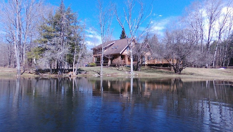 Secluded Charming Water Front Log Home, vacation rental in Oak Hill
