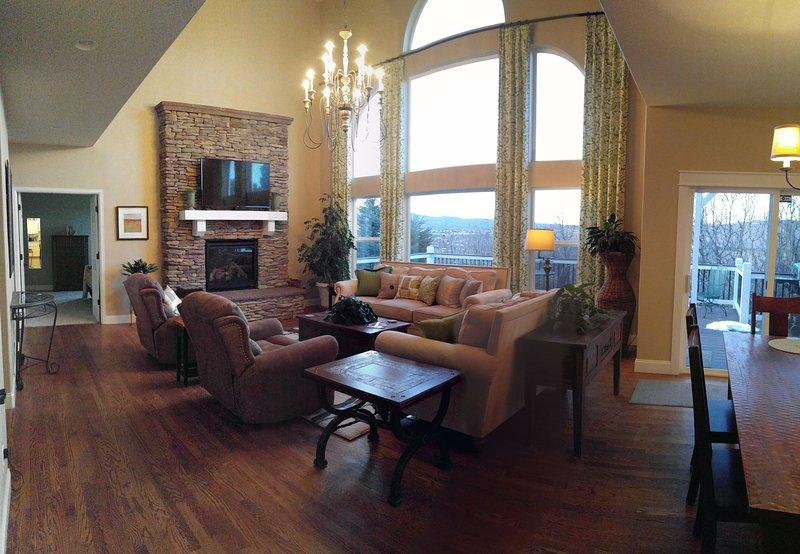 Chimenea, TV, pisos de madera, sillones reclinables,