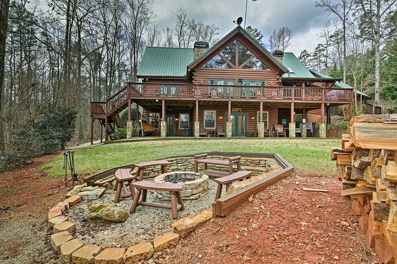 Luxury Lake Hartwell Villa w/Dock, Theater+Hot Tub, holiday rental in Eastanollee