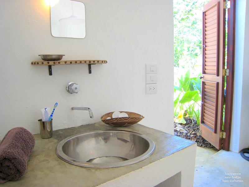 1 quarto com bassin de lavagem e mesa de make-up