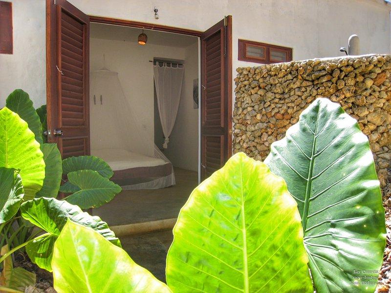 1 quarto com pequeno terraço e duche exterior