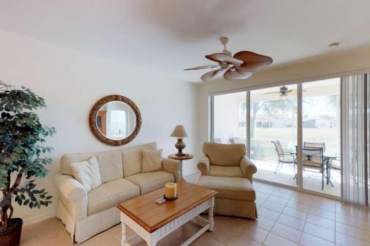 Grandes y cómodos muebles, proporcionan el lugar perfecto para relajarse.
