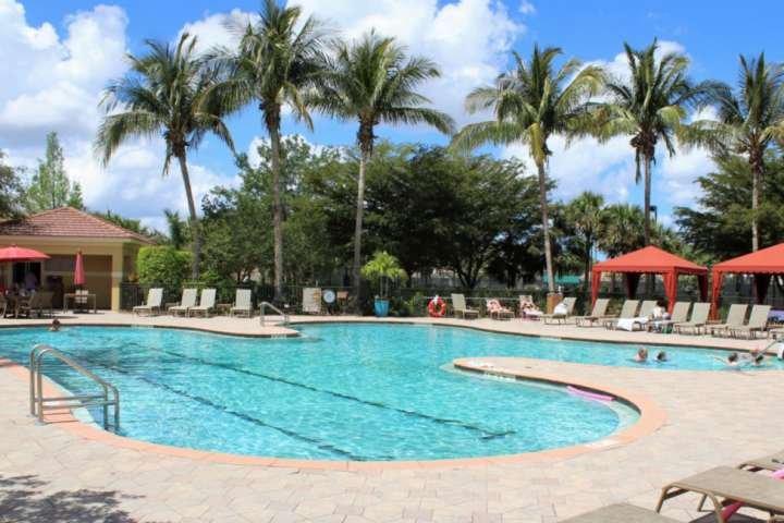 El impresionante complejo de cubierta de la piscina y el sol se encuentra en la sede del club. Además, el condominio cuenta con una piscina comunitaria a pocos pasos de la unidad.