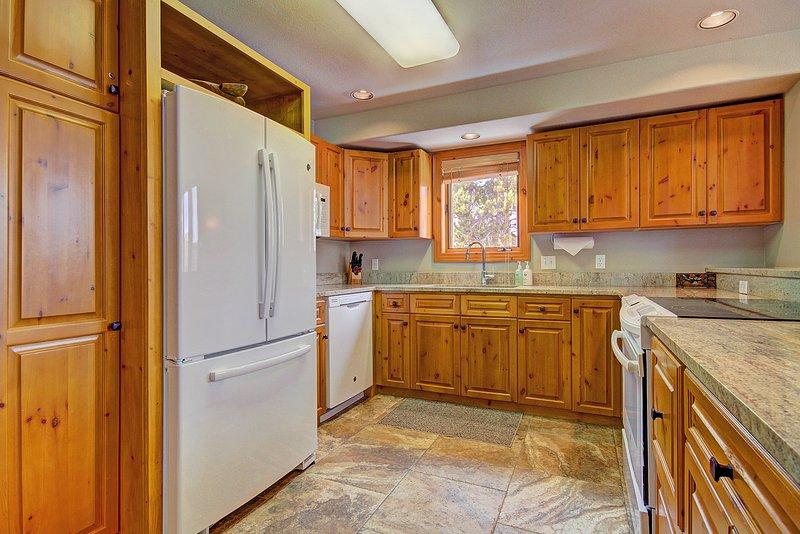 Alternative Ansicht der voll ausgestattete Küche