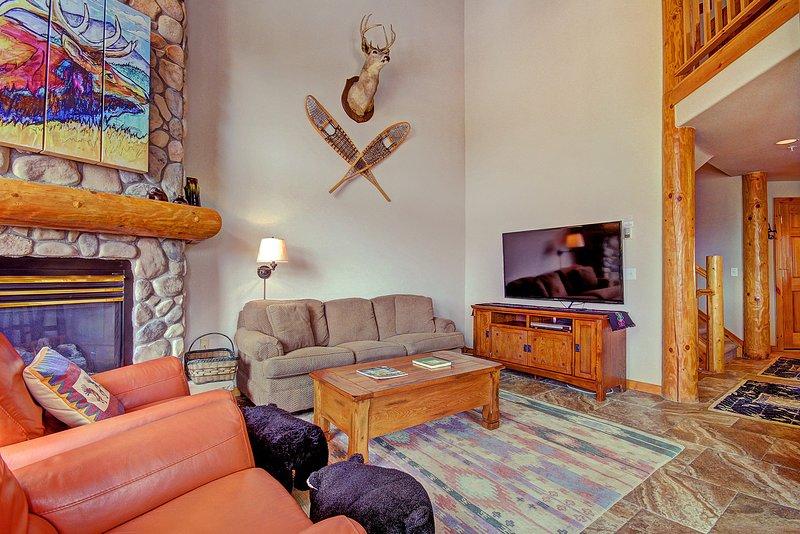 Gemütliches Wohnzimmer ist perfekt, Ihre Lieblingssendungen und Filme auf dem großen Flachbild-TV genießen
