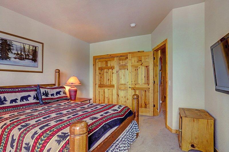 Drittes Schlafzimmer mit Queen-Size-Bett und Flachbildschirm