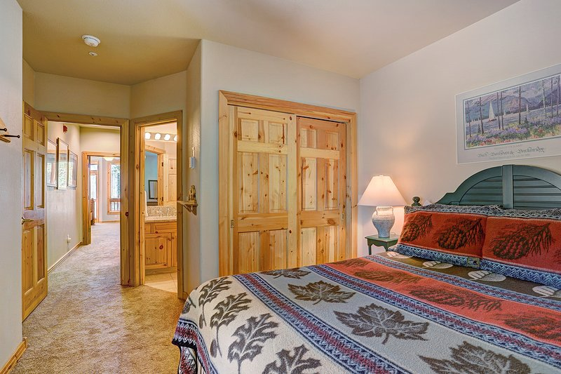 Gemütliches Queen-Schlafzimmer mit eigenem Bad