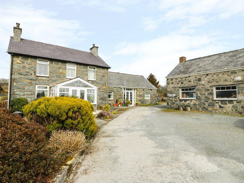 BWTHYN AEL Y BRYN, open plan, semi-detached, near Criccieth, Ref 980625, vacation rental in Garndolbenmaen