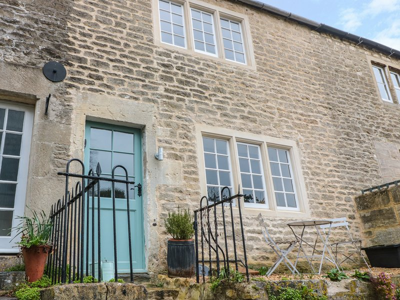 HOLLY COTTAGE, views of Bradford-on-Avon, exposed beams, WiFi, Ref 977350, holiday rental in Winsley