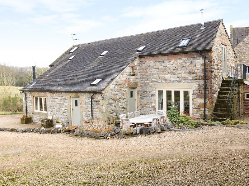 GREEN FARM STABLES, barn conversion, pet-friendly, exposed beams, Ref 975227, location de vacances à Hulland Ward