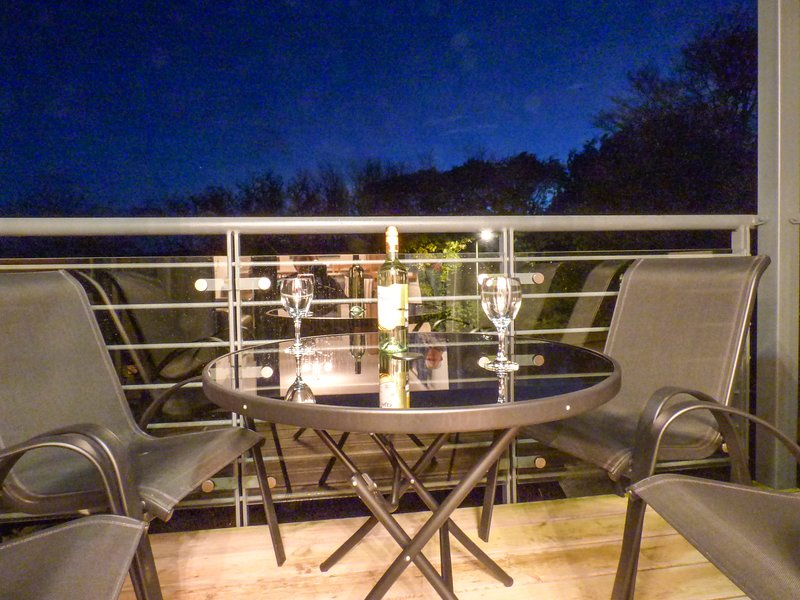 TYACK, balcony, en-suite, WiFi, close to harbour, holiday rental in Charlestown