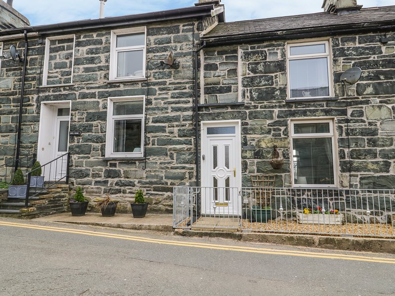 8 PEN Y GARREG, woodburner, coast nearby, mountain views, in Trawsfynydd, vacation rental in Gellilydan