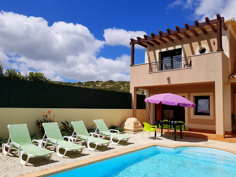 DomusIberica Townhouse in Burgau with private pool and 5 minutes walk to beach., vacation rental in Burgau