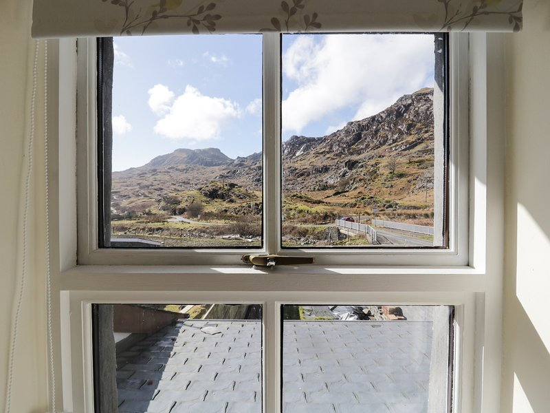 19 CWMORTHIN ROAD, mountain views, lovely walks, woodburner, in Tanygrisiau, Ferienwohnung in Blaenau Ffestiniog