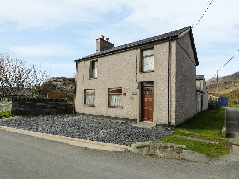 BRYN ALUN, character features, open fire, enclosed garden, walks from the door, Ferienwohnung in Blaenau Ffestiniog