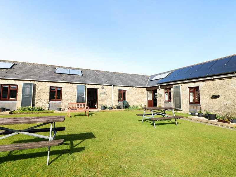 RAVENS CROFT, all ground floor, electric fire, open plan, shared garden, holiday rental in Lanivet