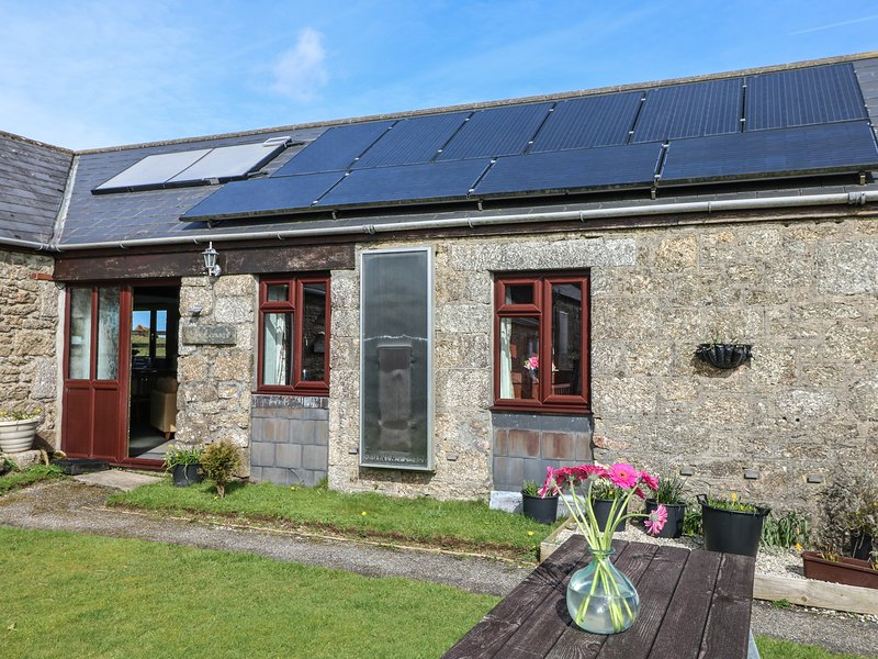 KESTREL CORNER, shared lawned garden, electric coal-effect fire, countryside, holiday rental in Lanivet