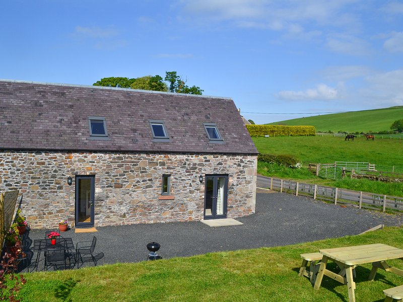 THE GRANARY, steading conversion, countryside views, open-plan, Ref 935433, holiday rental in Kirk Yetholm